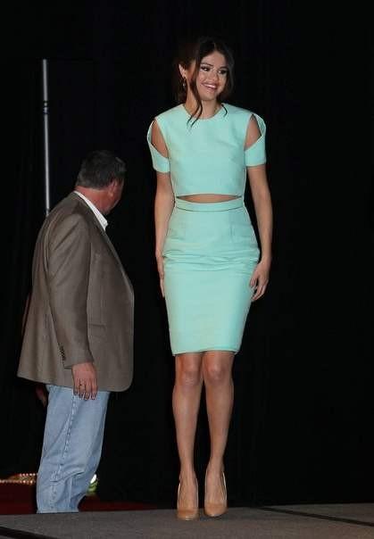Звездный стиль одежды Селены Гомес 2013 фото