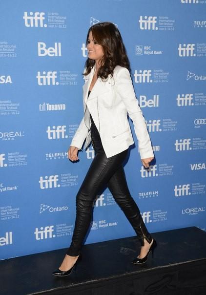 Селена Гомес в кожаных брюках