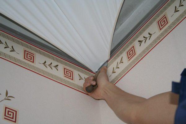 поклейка обоев и потолок