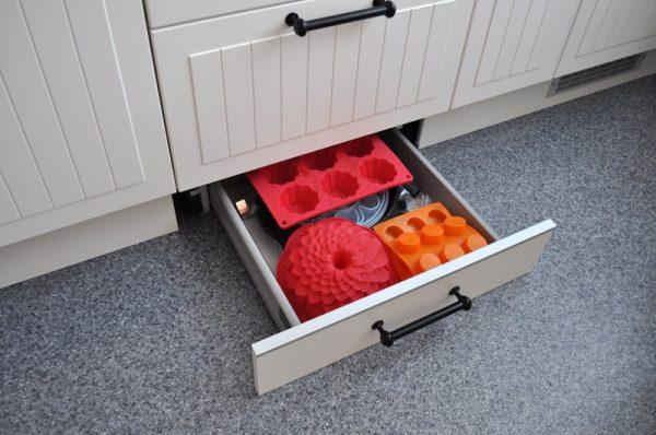 Цокольный ящик под духовкой. Что в нем хранить и как сделать самому?
