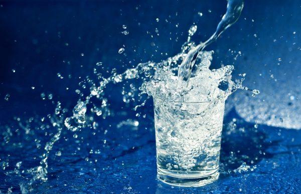 Стоит ли пить по утрам натощак стакан воды?