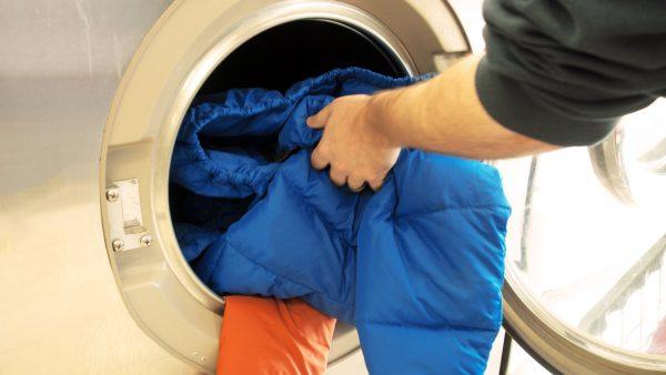 Пуховик в стиральной машине: можно ли стирать? Как сделать его идеально чистым?