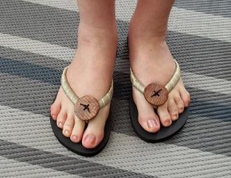 украсить обувь пуговицами