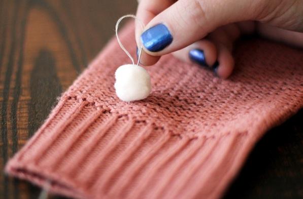 Как украсить вязаный свитер помпонами легко и просто