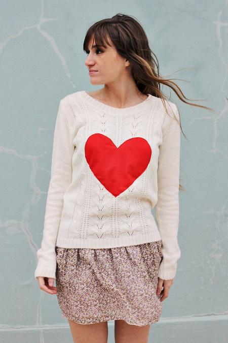 как пришить красное сердце из ткани на свитер