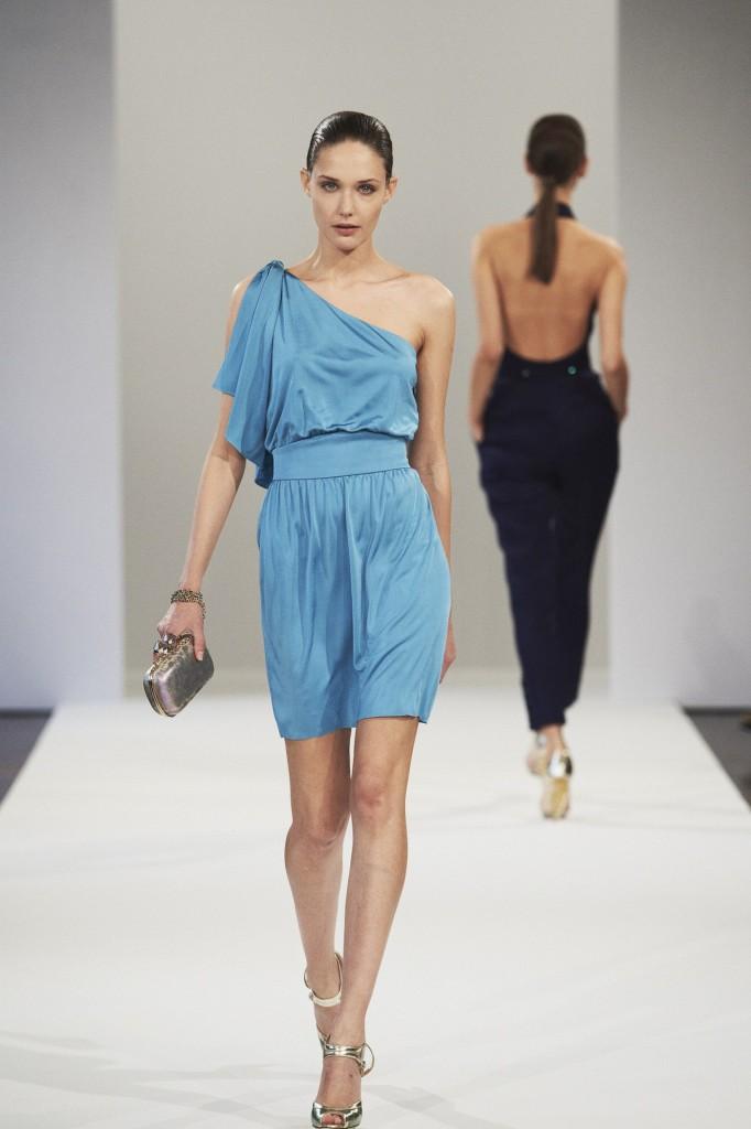 Azzaro весна-лето 2013 голубое платье с одним плечом