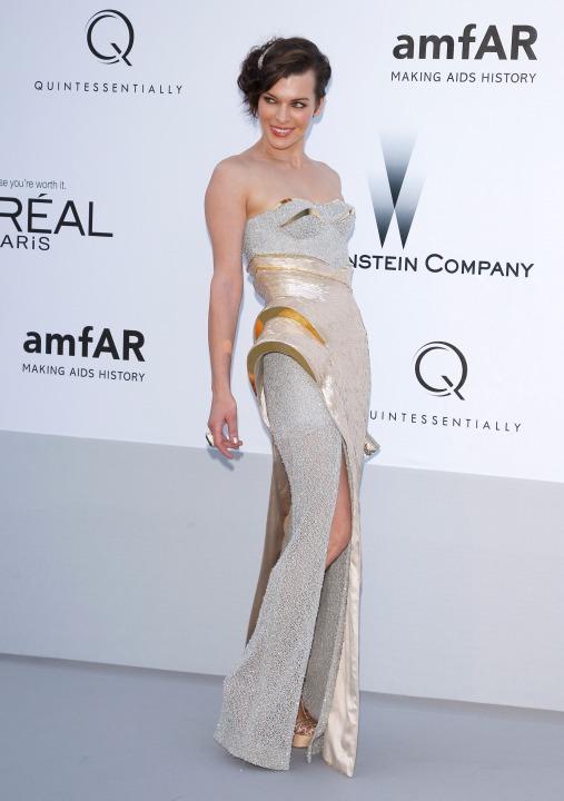 15 лучших платьев года Мила Йовович в Atelier Versace