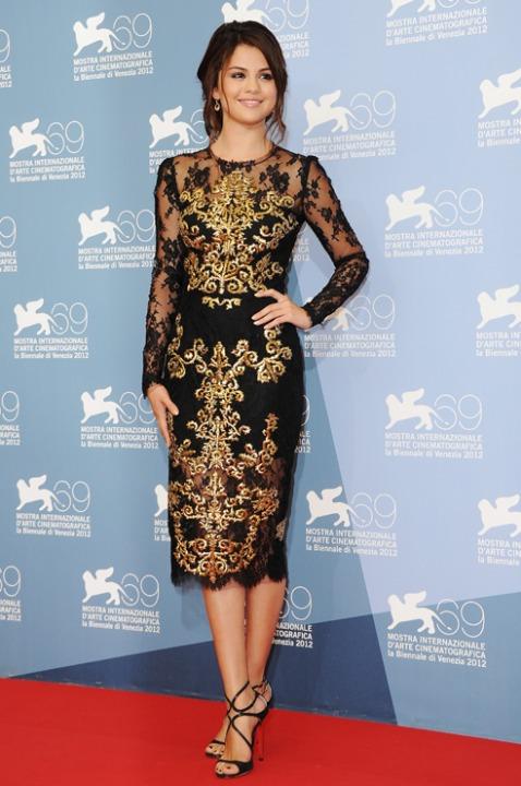 15 лучших платьев года Селена Гомез в золотом платье Dolce and Gabbana