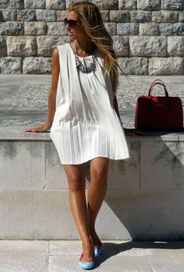 Белое платье и красная сумка
