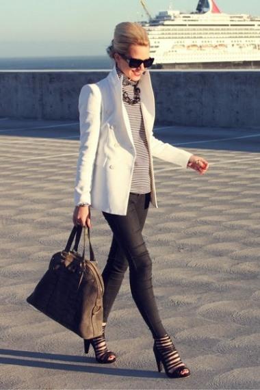черные узкие брюки и белый удлиненный пиджак