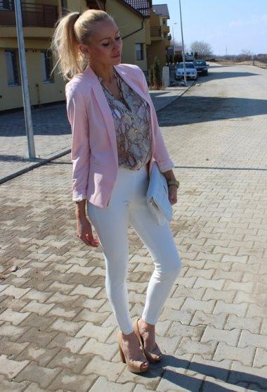 Белые скинни джинсы, розовый пиджак