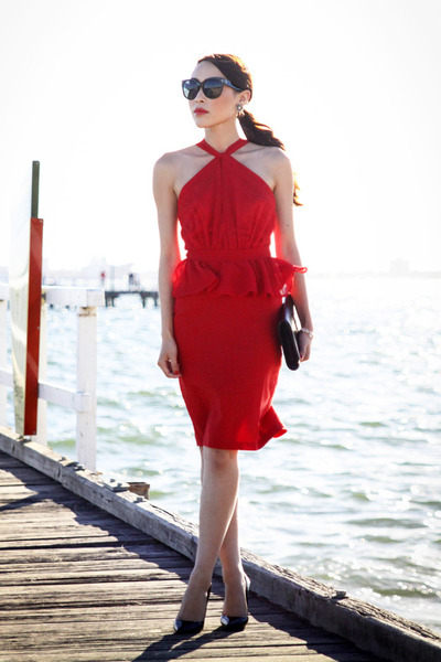 С чем носить красное платье - фото уличная мода