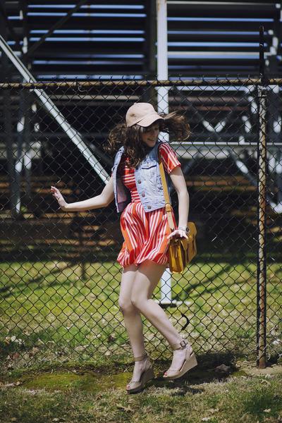 С чем носить полосатое платье - фото уличная мода