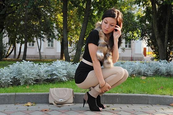 С чем носить бежевые брюки фото - уличная мода