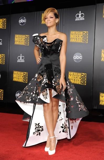 Рианна 2009 черное платье фото