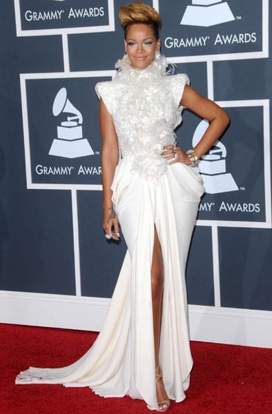 Рианна Грэмми 2009 белое длинное платье фото