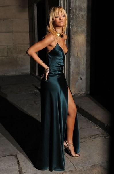 длинное зеленое платье Рианны 2012 фото