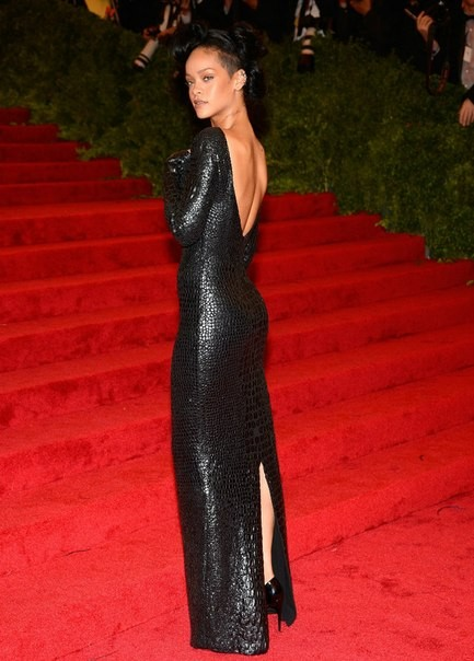 Черное длинное платье, вырез на спине Рианна 2012