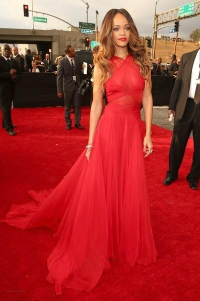Красное платье Рианна 2013 фото