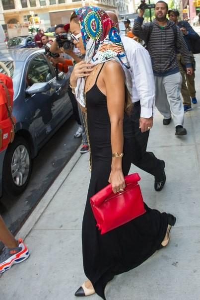 уличный стиль Рианна 2013 фото - платок на голове, красный клатч