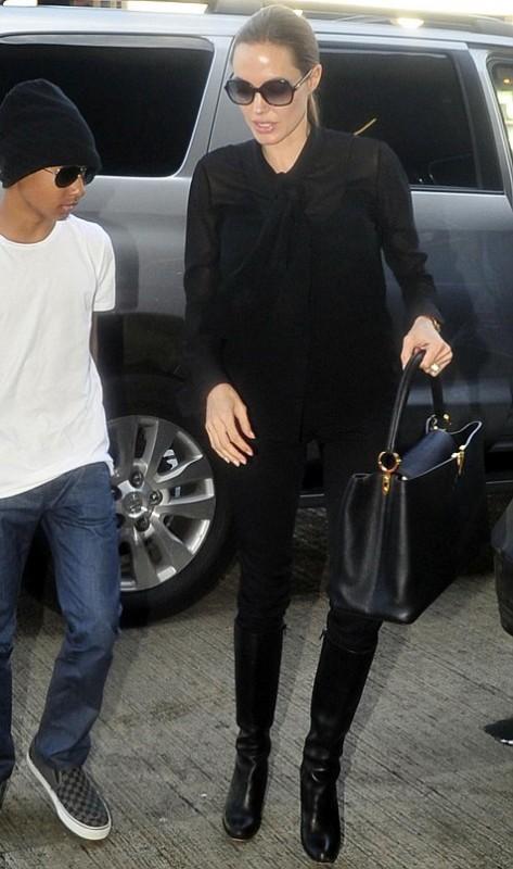 """Анджелина Джоли с новой сумкой Луи Вьюттон Louis Vuitton """"Capucines Bag""""."""