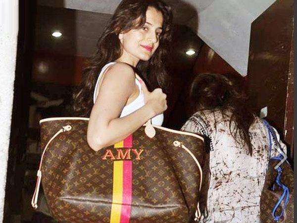 Звезды с сумками Louis Vuitton - Амиша Патель