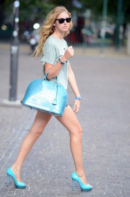 Модный блогер сумкой Louis Vuitton Alma Альма голубого цвета фото