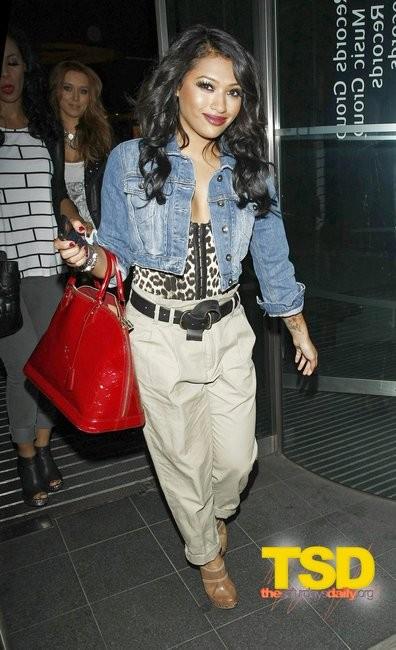 Знаменитости с сумками Louis Vuitton Alma фото