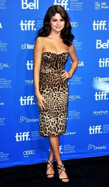 Селена Гомес в леопардовом платье
