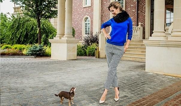 Виктория Боня в брюках с принтом гусиная