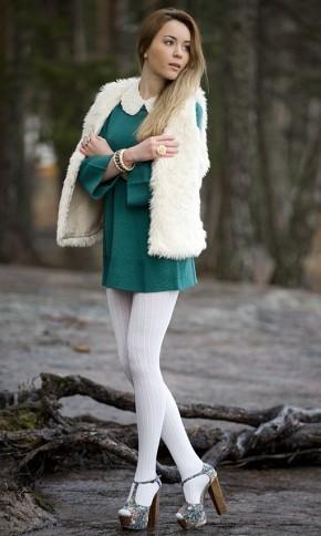 Модные образы с белыми колготками, меховым жилетом и зеленым платьем