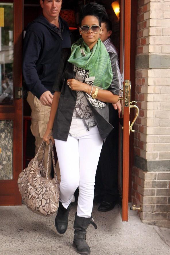 Знаменитости в шарфах фото Рианна