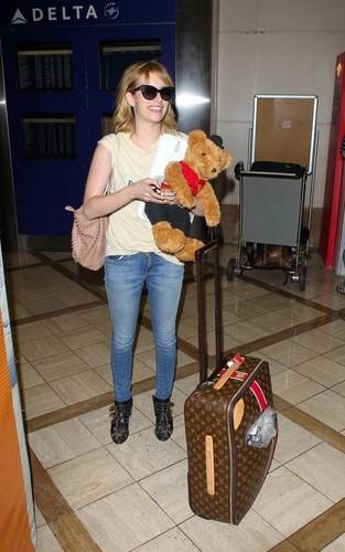 EMMA ROBERTS kommt mit einem Teddy-Bär am LAX an