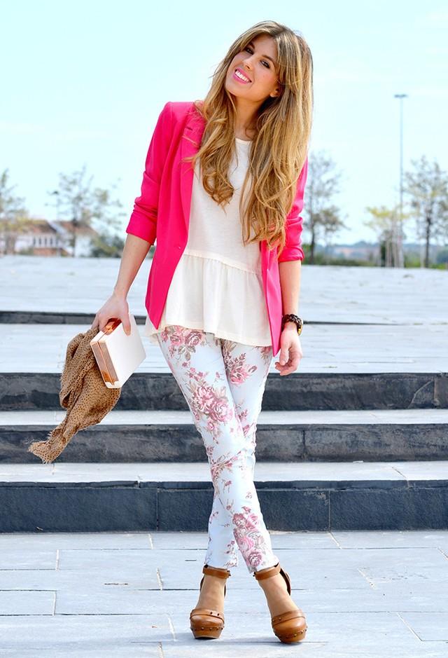 С чем носить брюки с цветочным принтом летом