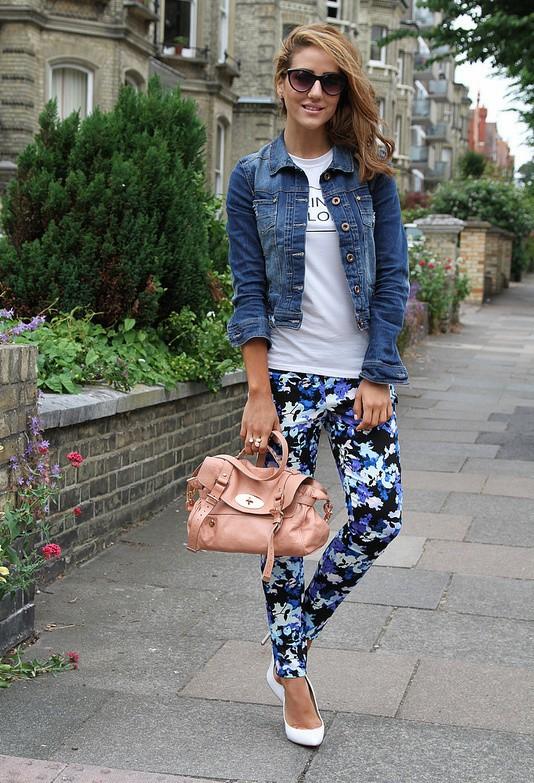 фото мдного образа с брюками с принтом