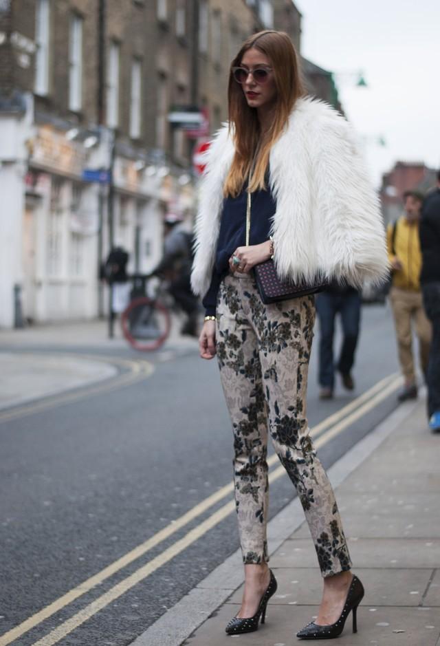 фото модных образов брюк с принтом