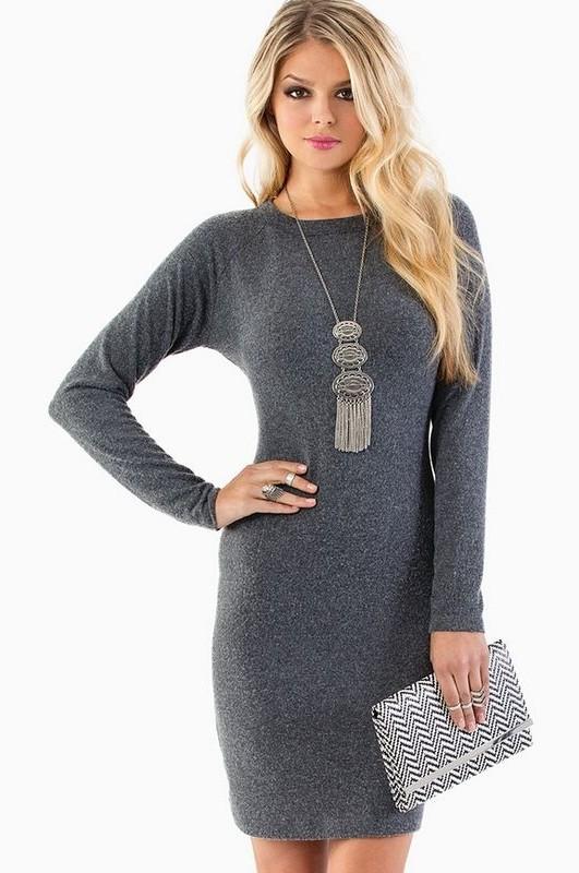 Серое вязанное платье для делового образа