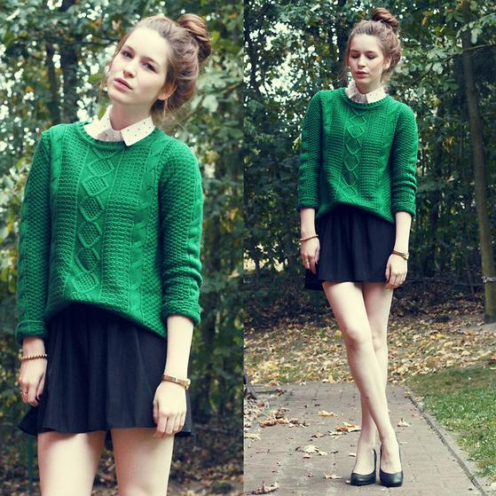 Как можно сочетать мини юбку и вязанный свитер