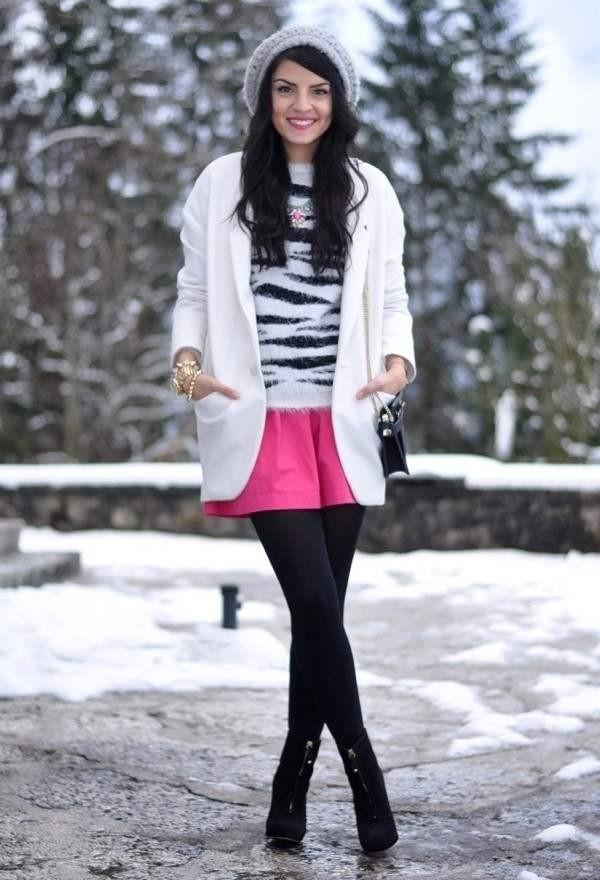 Как можно сочетать ярко розовую мини юбку и вязанный черно белый свитер