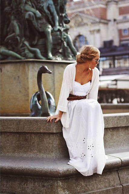 с чем носить белое длинное платье