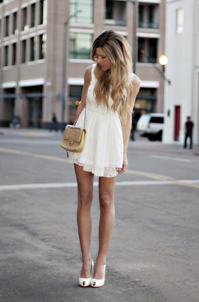 с чем носить белое короткое платье
