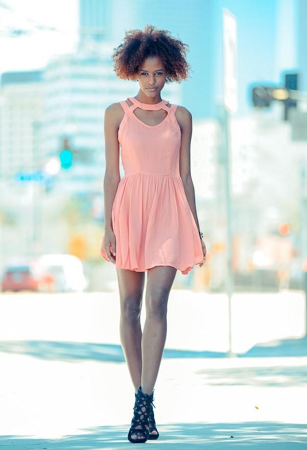 Как носить светло коралловое платье