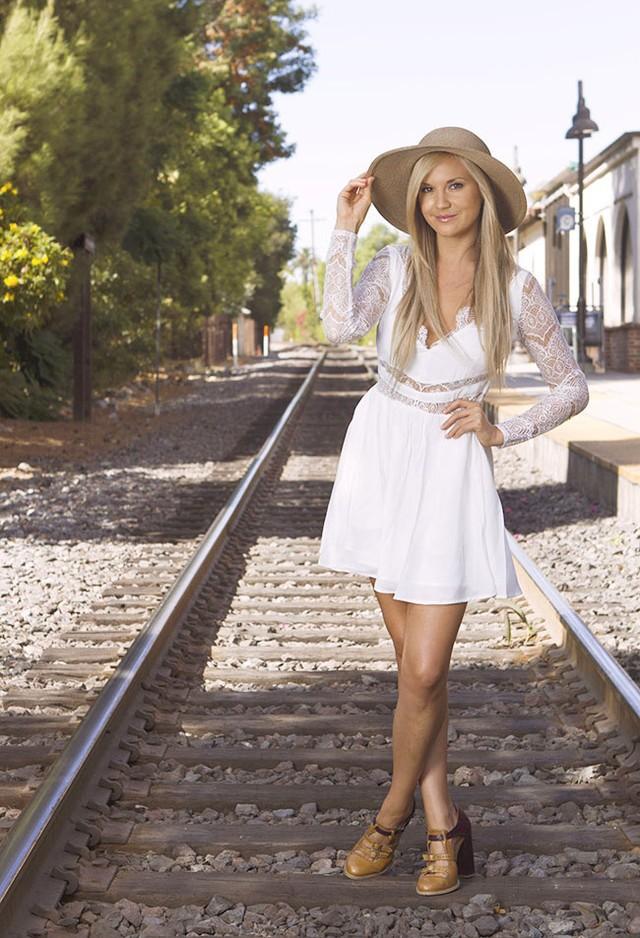 Модные образы с платьем белого цвета