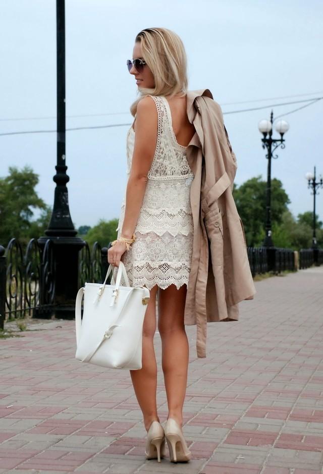 модный образ с бежевым платьем