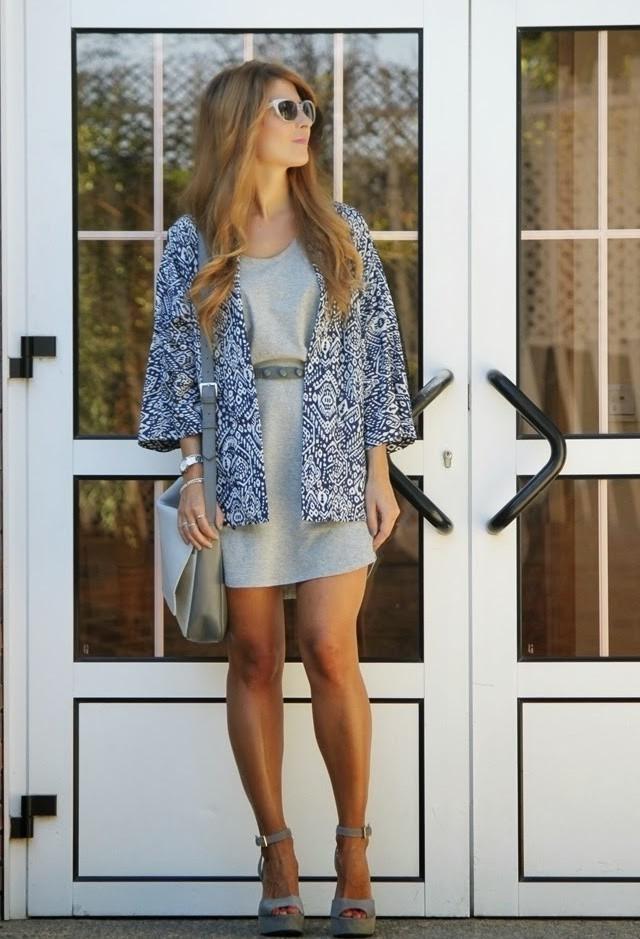 Стильный образ со светло серым платьем