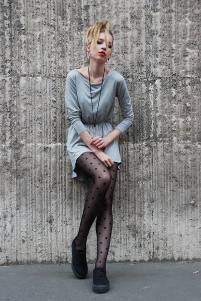 девушка в светло сером платье