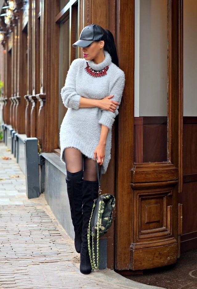 девушка в светло сером вязанном  платье