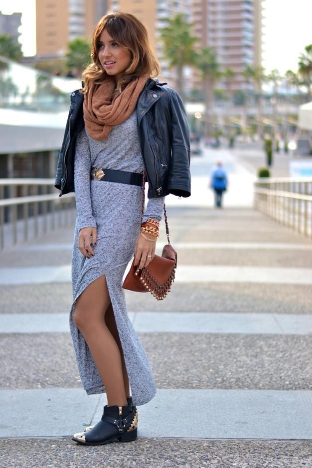 Необычный образ с длинным серым платье с разрезом