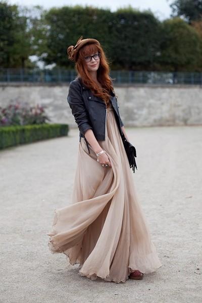 вариант стильного образа с длинным бежевым платьем