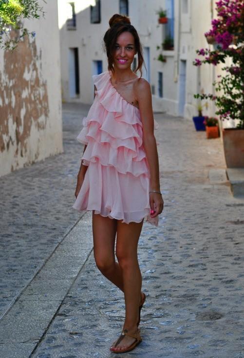 Светло розовое платье на одно плечо
